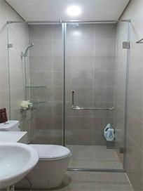 Thi công nhà tắm kính 180 độ tại chung cư Mon City