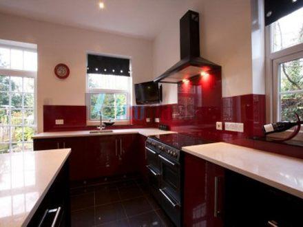 Kính màu ốp bếp màu đỏ mận Licoglass